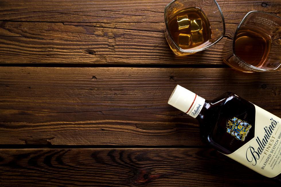 Polacy coraz chętniej sięgają po whisky. Ile jej pijemy?